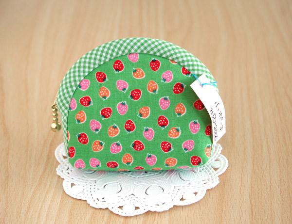 苺がかわいいミニポーチ